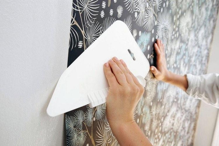 Края обоев не должны отходить от стены, для качественной фиксации лучше всего использовать специальный пластиковый шпатель