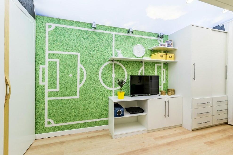 Выбрав зеленый цвет жидких обоев и наклеив на них белые полосы можно получить настоящее футбольное поле у себя дома