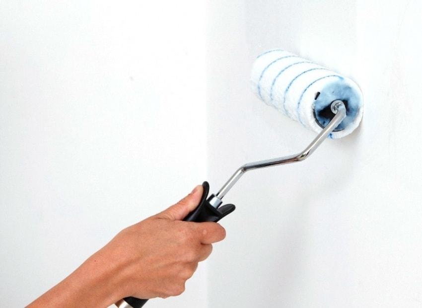Покраска стен перед нанесением жидких обоев