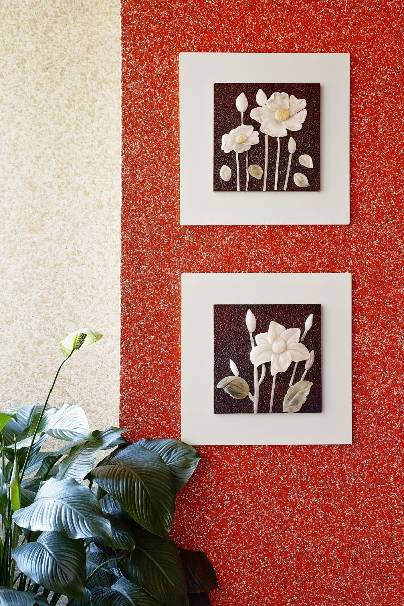 Интересное сочетание белого с красным на стене оформленной жидкими обоями