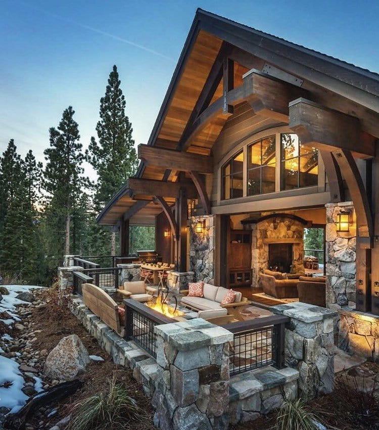 Открытая терраса в стиле шале гармонично пристроенная к дому