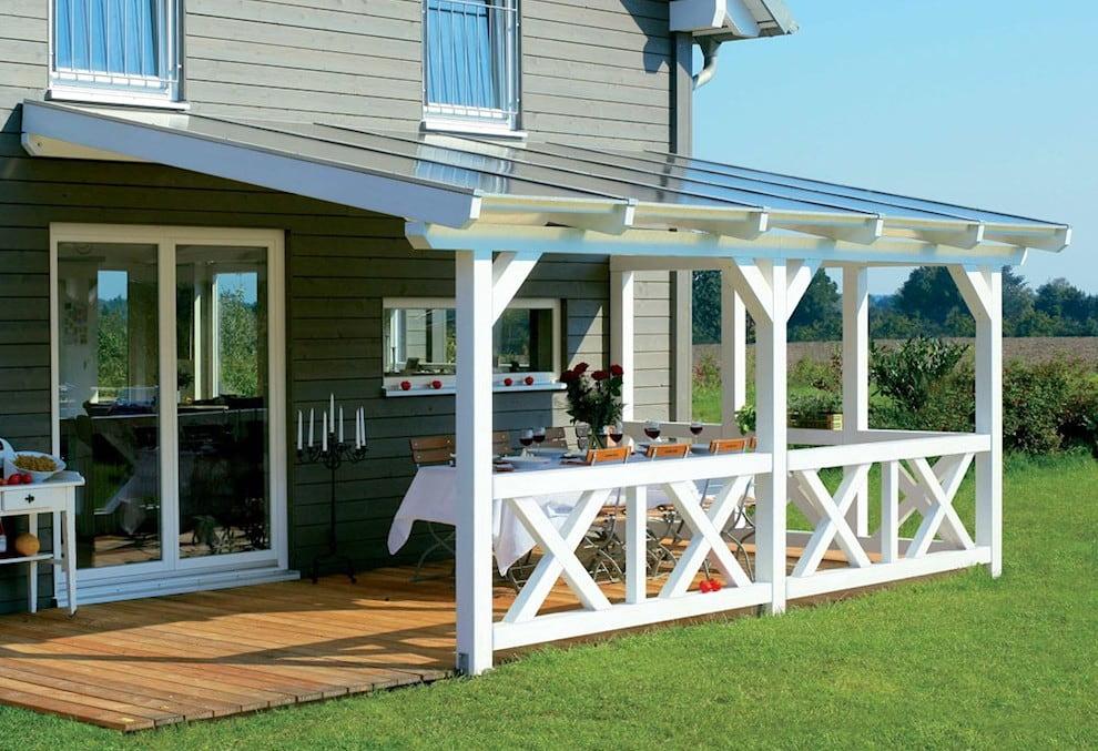 Красивая крытая терраса с белоснежными столбами и балясинами