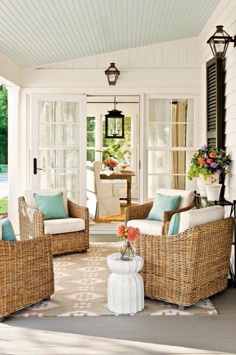 Плетеные кресла из ротанга - неизменный атрибут современной летней пристройки к дому