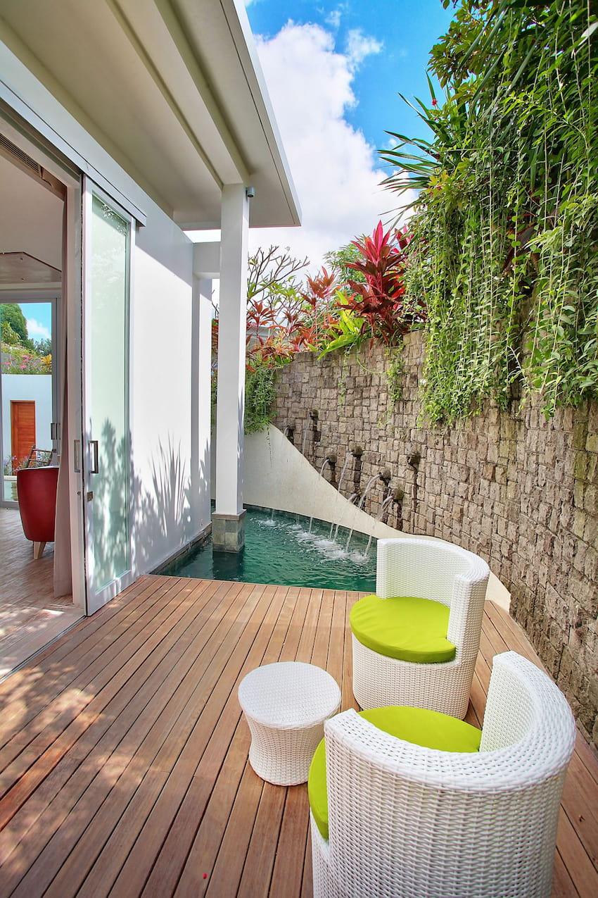 Небольшая зона отдыха организованная на открытой террасе пристроенной к дому