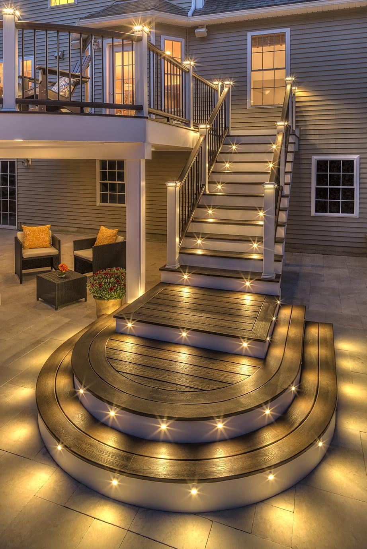 Очень часто лестница, ведущая на террасу, становится архитектурной изюминкой общей конструкции