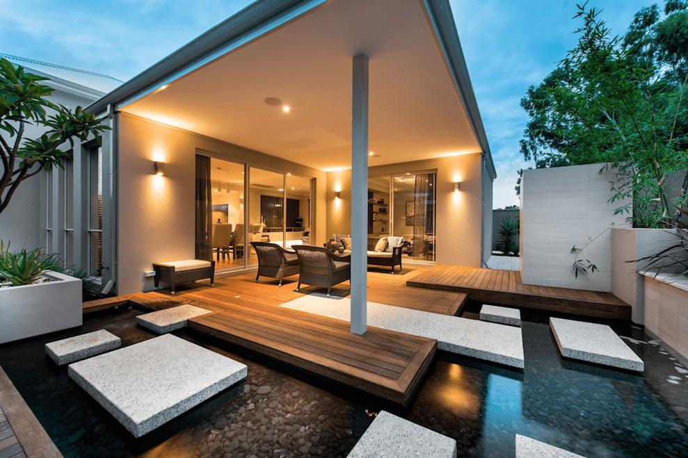 Терраса пристроенная к дому в современном стиле всегда выглядит эффектно