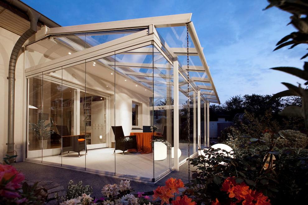 Веранда из стекла с великолепным видом на сад