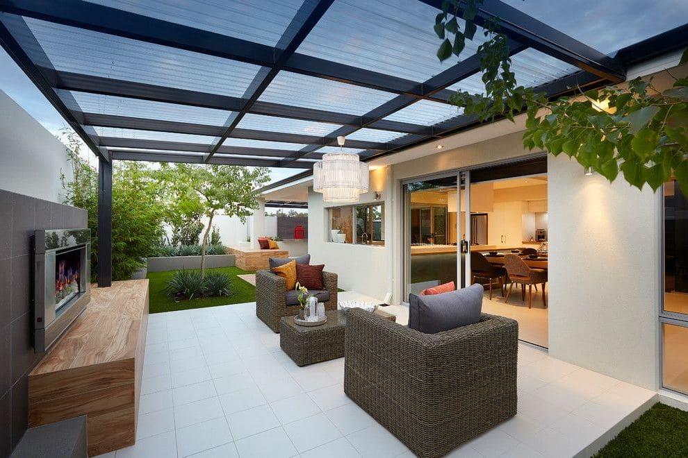 Облегченная конструкция крыши из поликарбоната смотрится очень привлекательно