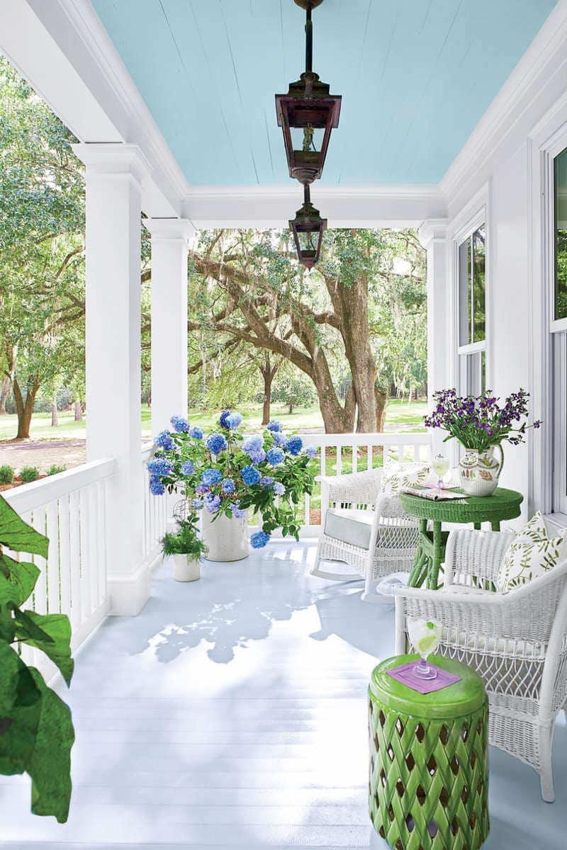 Воздушный белый цвет придаст веранде пристроенной к дому легкую и изящную атмосферу