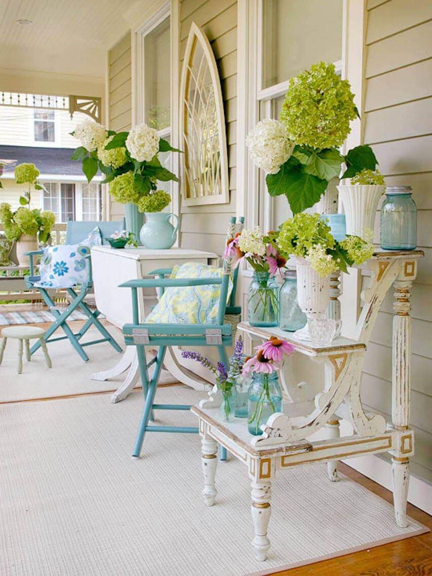 Состаренная мебель станет отличным декором для интерьера веранды в стиле прованс