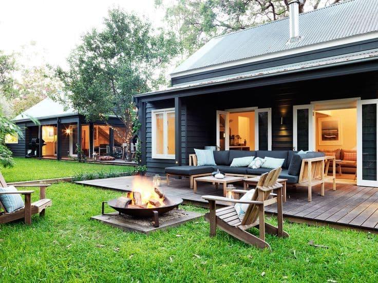 Пристроив к дому небольшую открытую террасу на ней можно создать уютный уголок для отдыха
