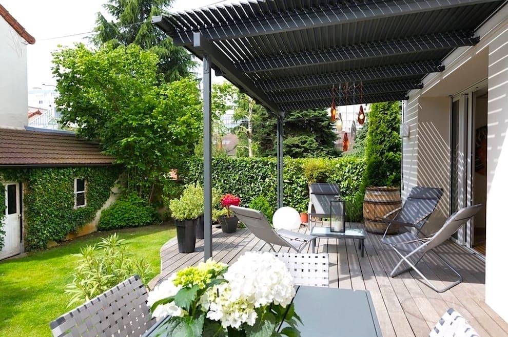 Организовать место отдыха можно где угодно, в том числе и под навесом открытой террасы