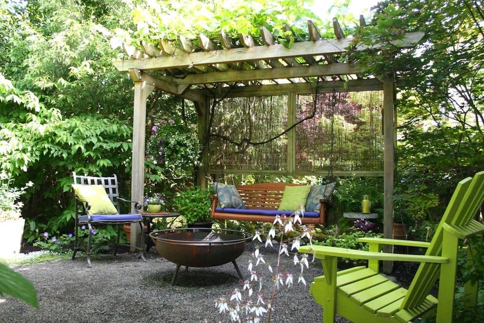 Подвесные качели - неотъемлемый атрибут современного сада