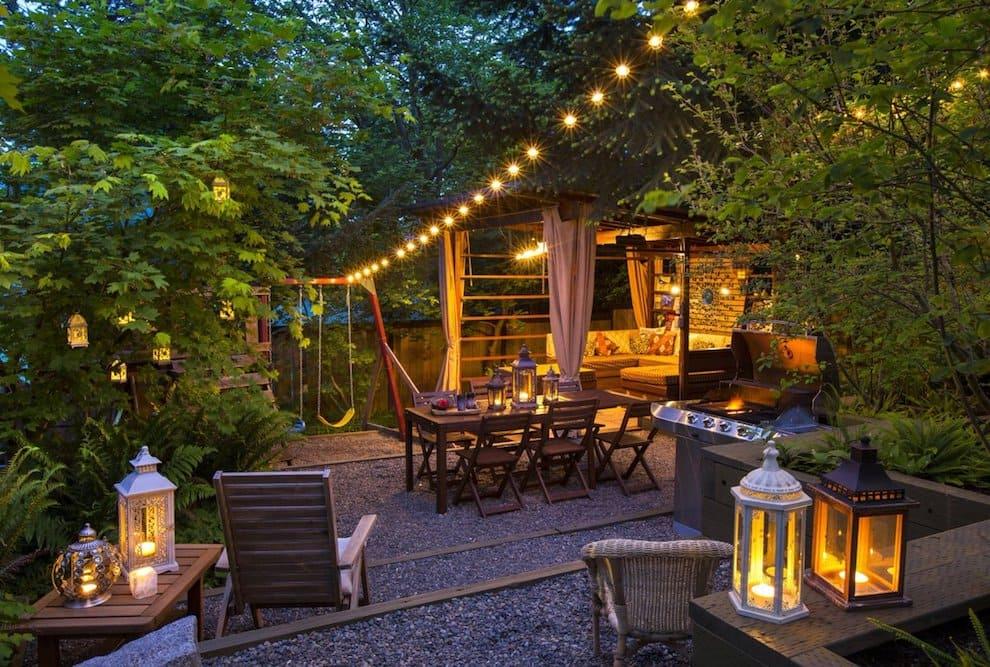Дополнительное освещение поможет сделать атмосферу во дворе более расслабленной