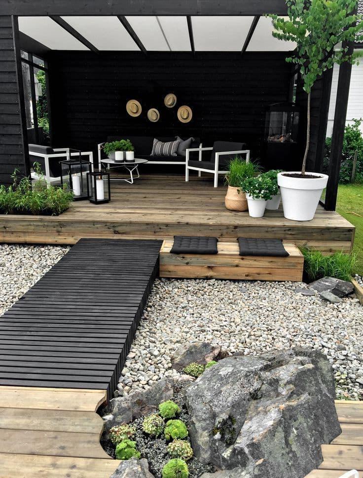 Сухой ручей из гальки с импровизированным мостиком станет прекрасным украшением для вашего двора