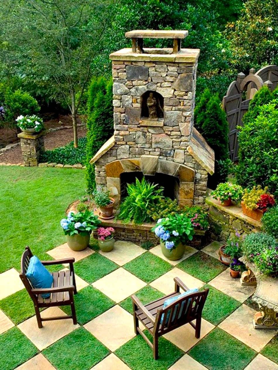 Оригинальное исполнение дачного двора в виде шахматной доски