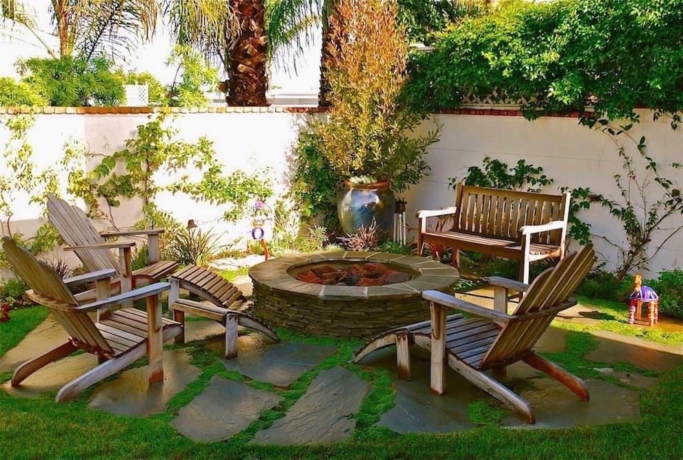 Удобные шезлонги помогут максимально расслабиться и приятно отдохнуть в саду