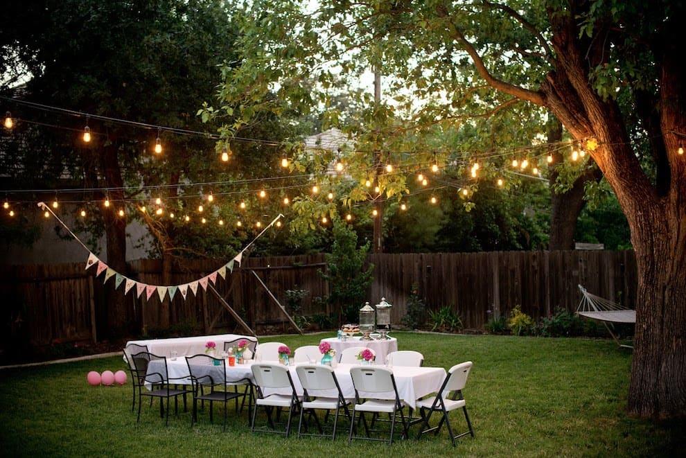 Подвесные лампочки изящно украсят современный двор частного дома