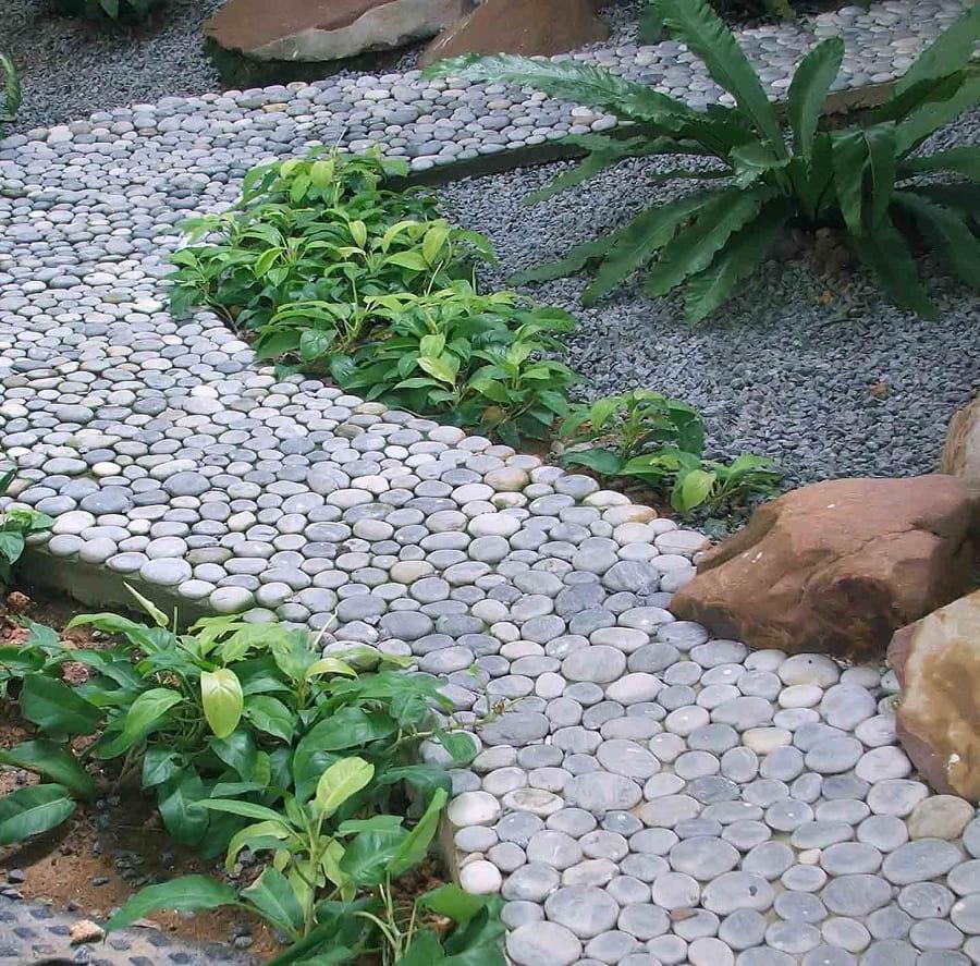 Уложив на свежезалитый бетонный раствор речную гальку вы получите удивительную по красоте дачную тропинку