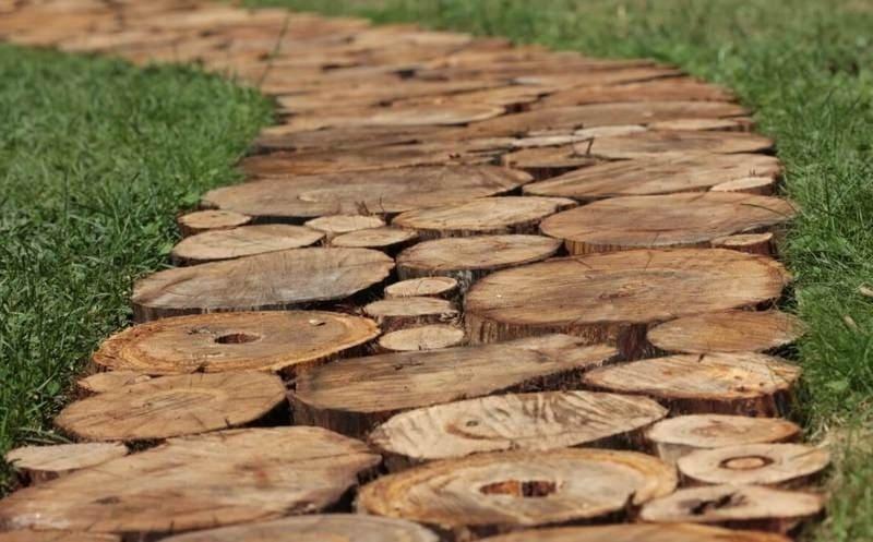 Дорожка из спилов древесины создаст деревенский колорит вашему участку