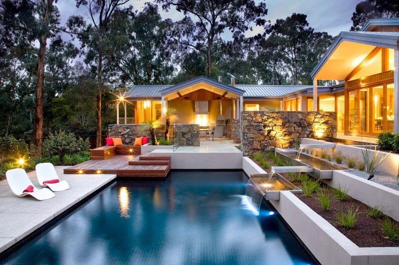 Современный бассейн на даче в стиле хай-тек