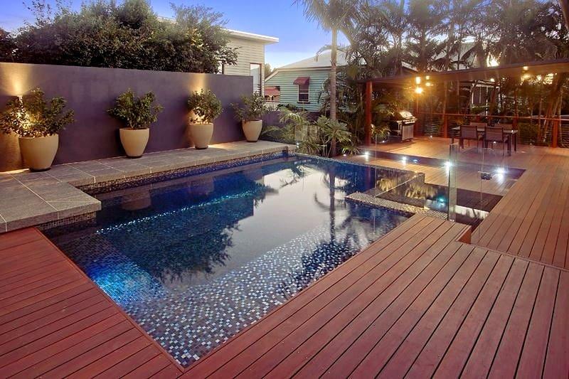 Бетонный бассейн с открытой площадкой
