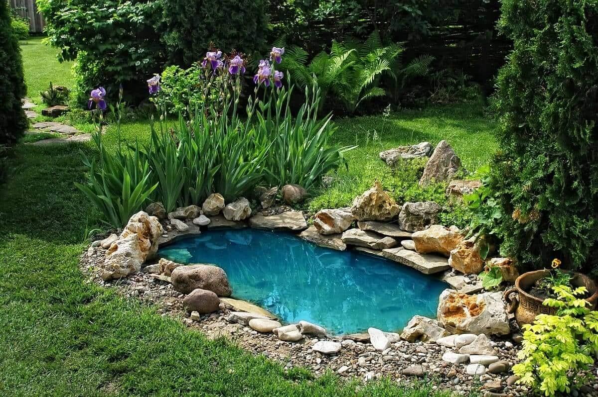 Красивый пруд во дворе, выложенный из камней