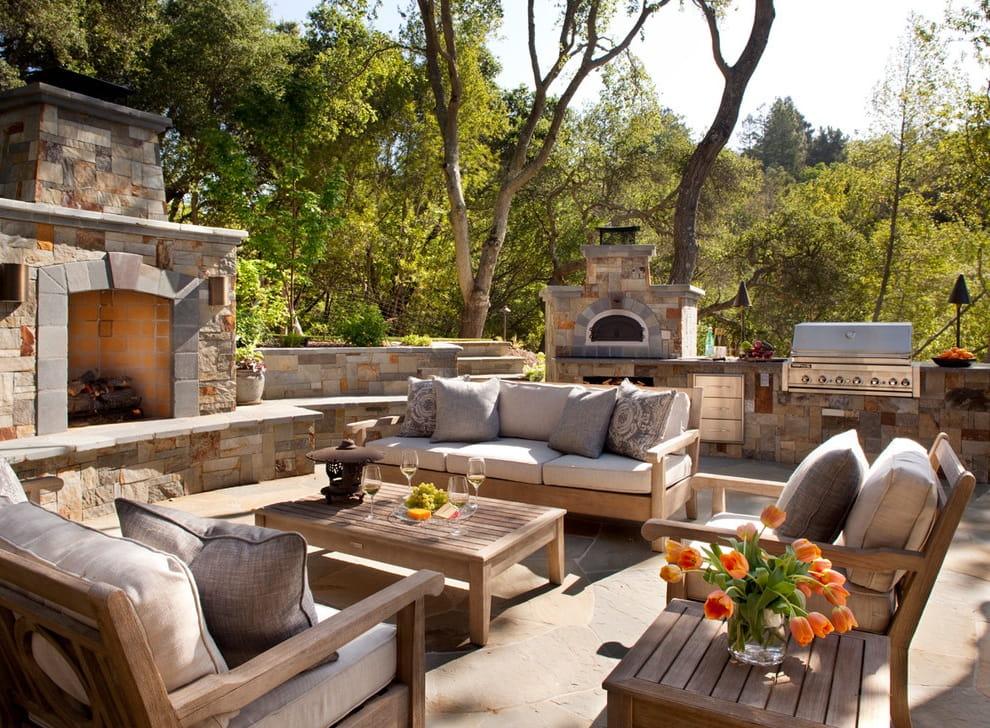 Красивый дворик с камином, печью и зоной барбекю