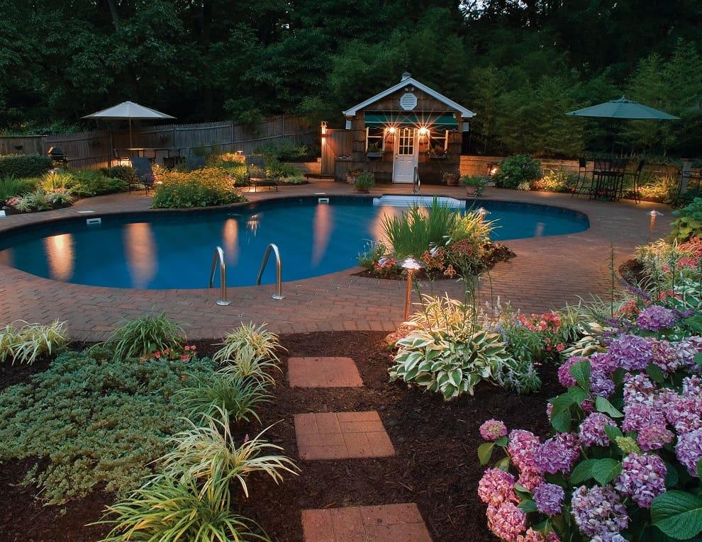 Освещение двора является важным элементом благоустройства территории