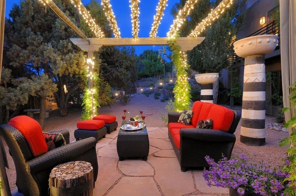 Красивое декоративное освещение садового участка