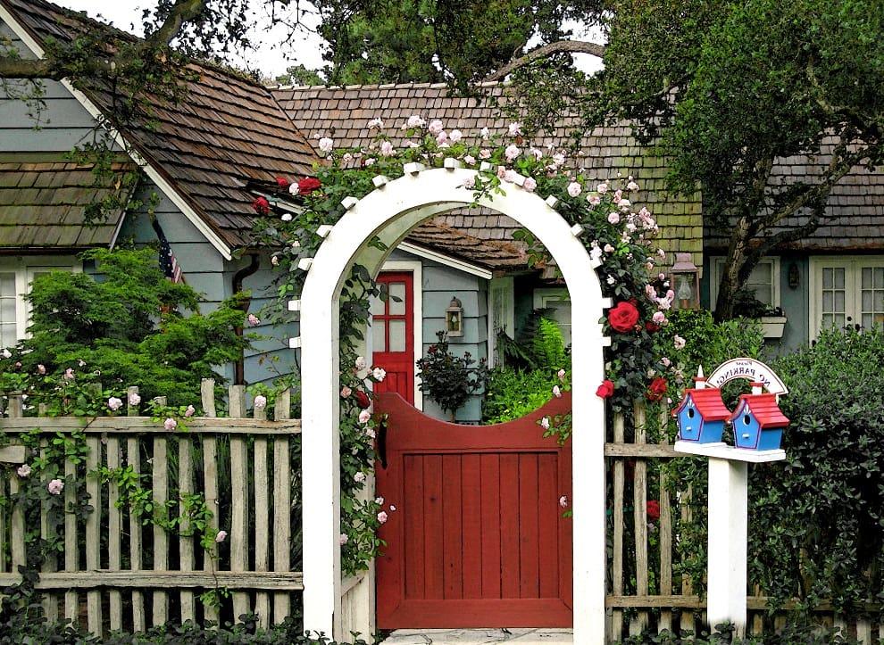 Живописная арка у входа во двор - отличный способ преобразить участок