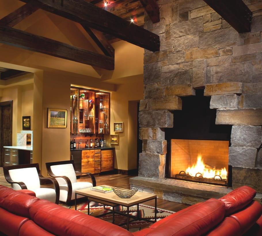 Уютное место у камина прекрасно подходит для домашних бесед
