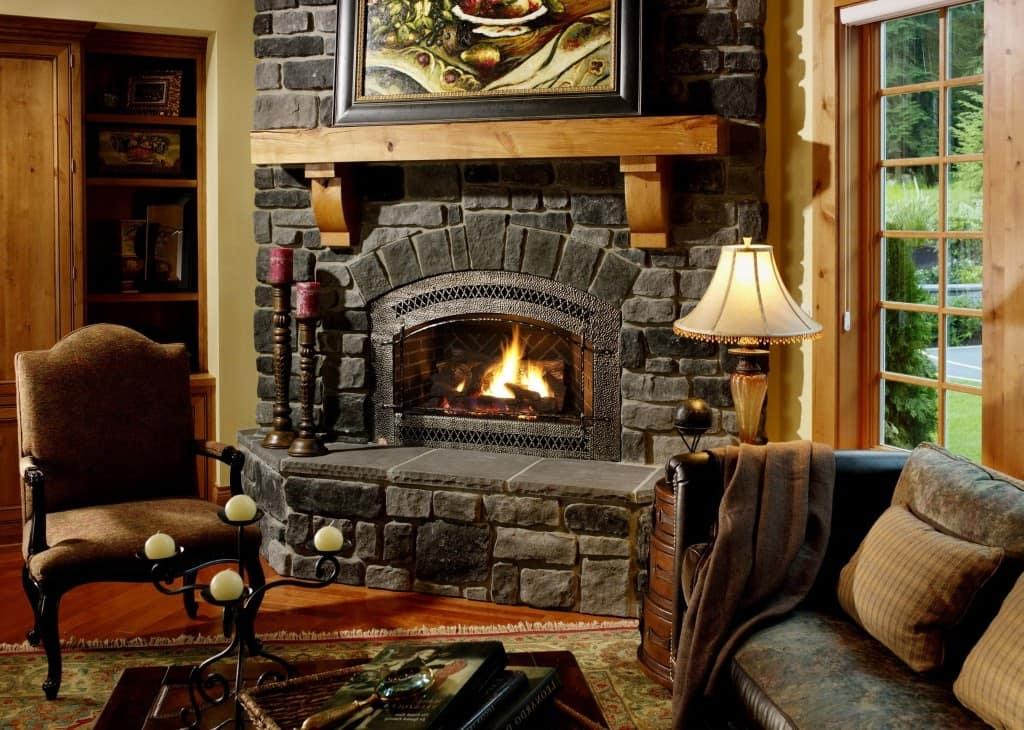 Классический открытый дровяной камин в гостиной