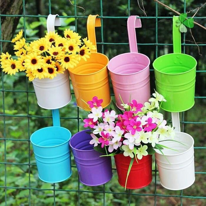 Забор украшенный цветами будет выглядеть не таким скучным, как раньше