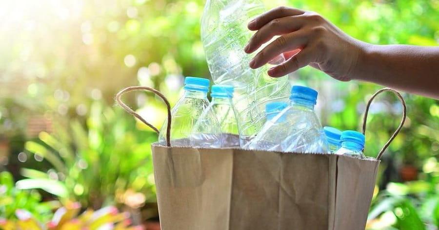 Из пластиковых бутылок получаются красивые и необычные поделки для сада