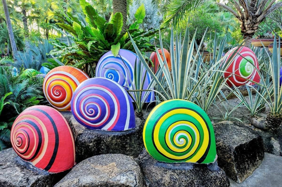 На придомовом участке очень эффектно будут смотреться яркие улитки, ползущие по камням к воде