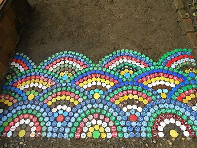 Дорожка выложенная пластиковыми крышками смотрится очень оригинально