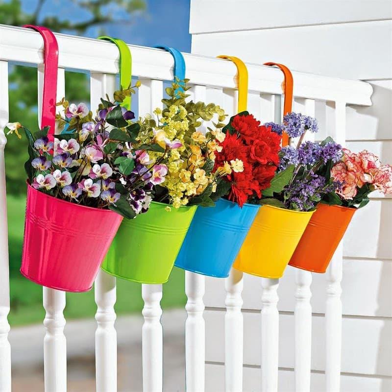 Разноцветные ведерца с цветами добавят ярких красок вашему саду