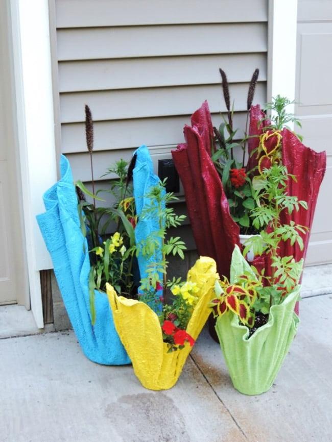 Простые и быстрые в исполнении вазы из мешковины станут прекрасным украшением для вашего сада