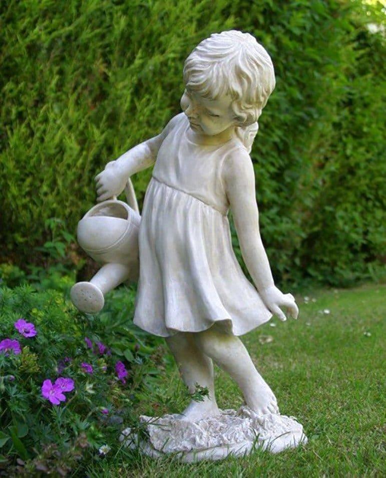 Красивая гипсовая композиция в виде маленькой девочки поливающей клумбу