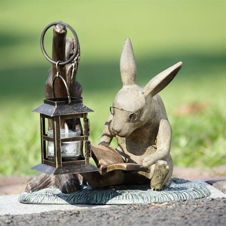 Сделать такого зайца непросто, для этого понадобятся определенные навыки работы с гипсом и бетоном