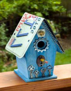 Забавный птичий домик с автомобильным номером вместо крыши
