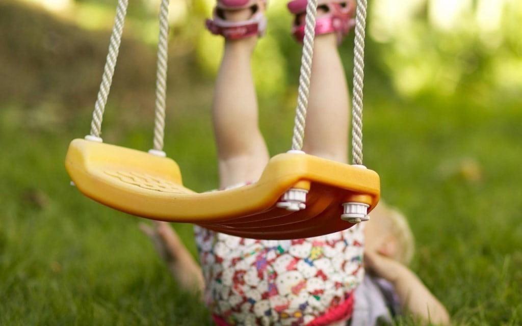 Высота сиденья качелей должна идеально подходить под рост вашего малыша