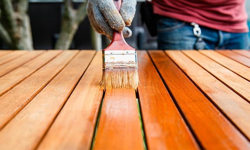Перед нанесением лака на древесину, её поверхность должна быть тщательно подготовлена
