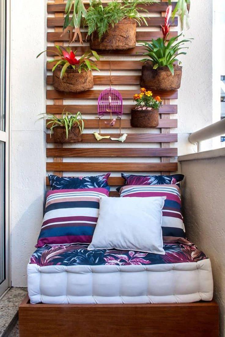 вертикальная клумба над кроватью
