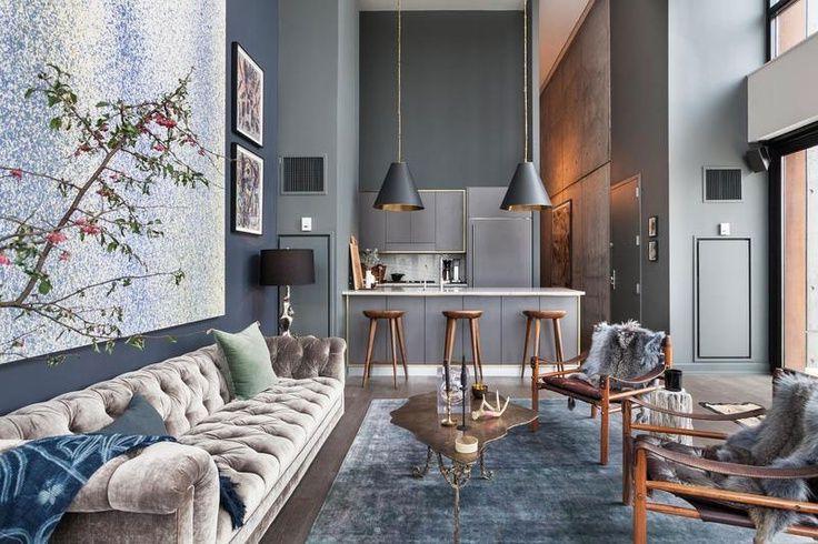 Преимущество квартиры с высокими потолками - это возможность использования глубоких темных тонов без ущерба для площади помещения