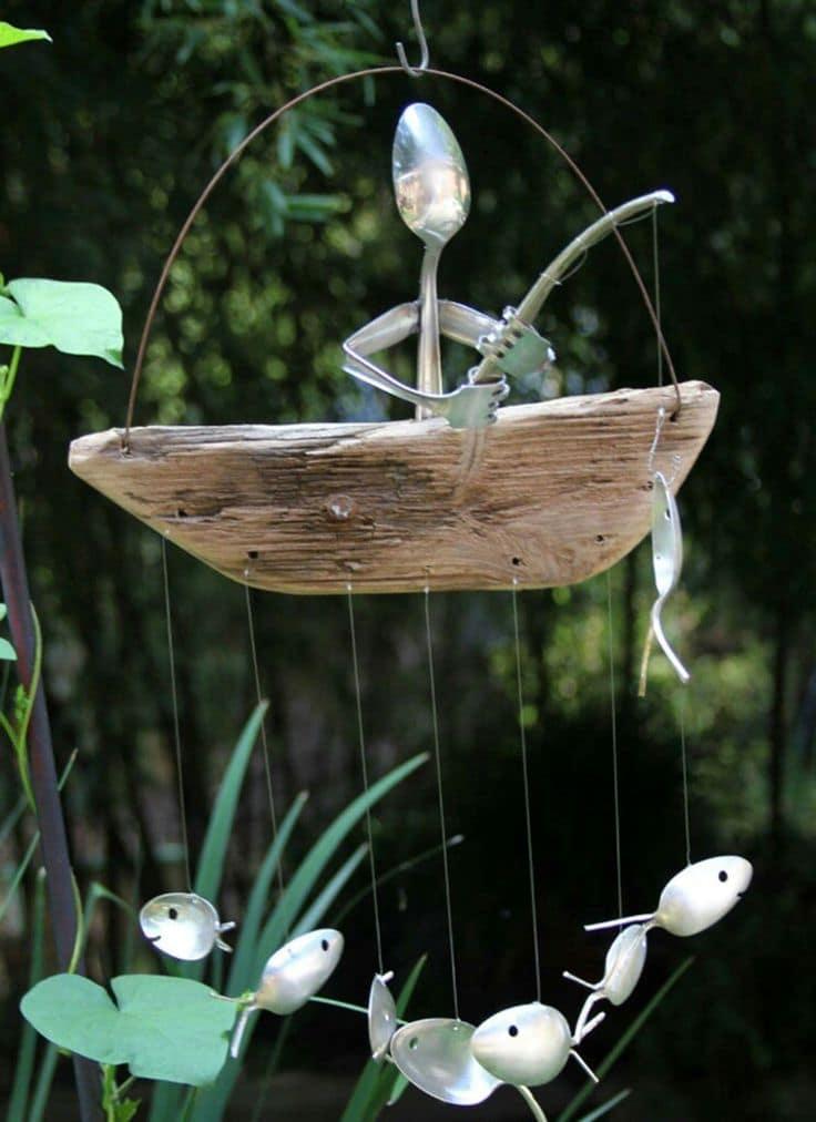 С помощью подручных материалов можно украсить пруд на дачном участке