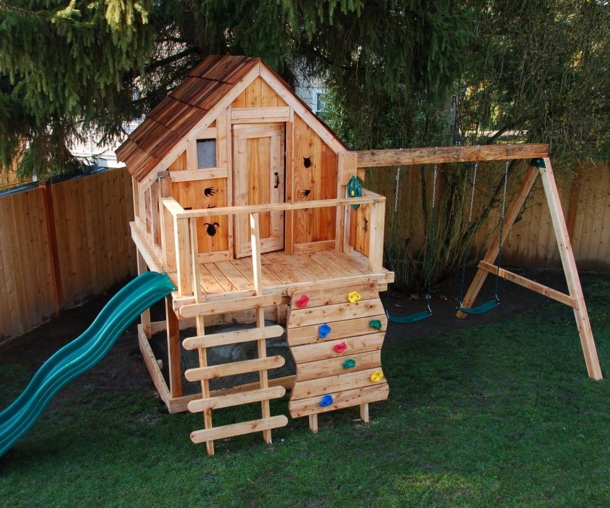 Классический вариант игровой площадки для детей от 3-х лет, состоящей из горки, лесенки и пары качелей
