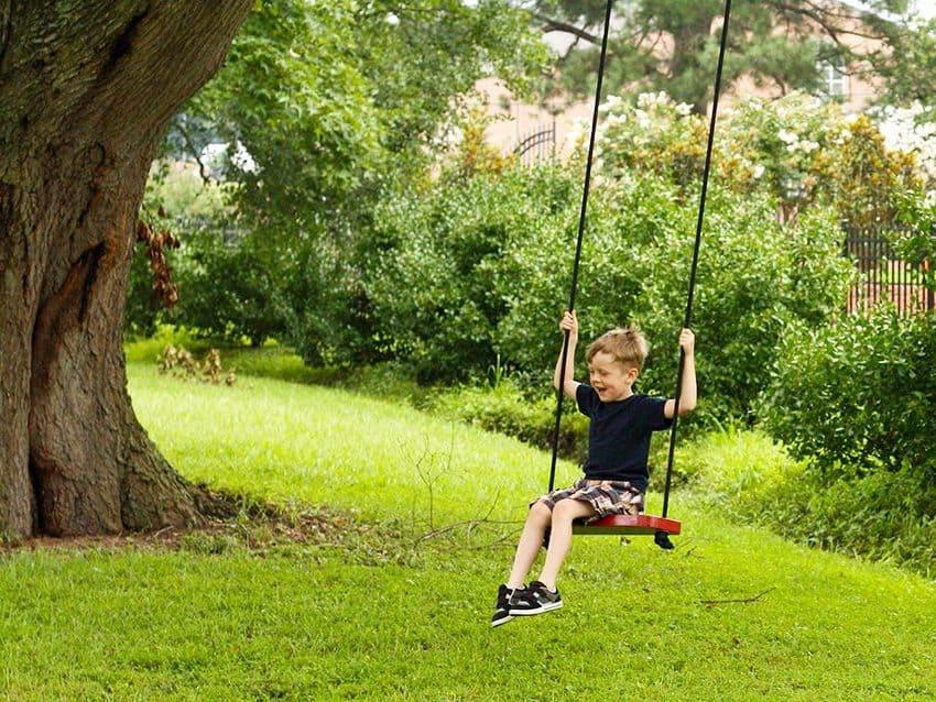 Наличие дерева во дворе существенно снизит расходы на создание детских качель
