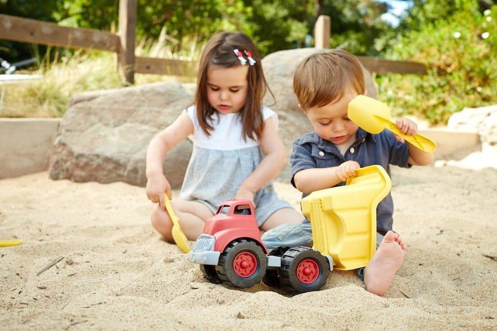 Песок в детской песочнице должен быть чистым и желательно не иметь крупных примесей гравия